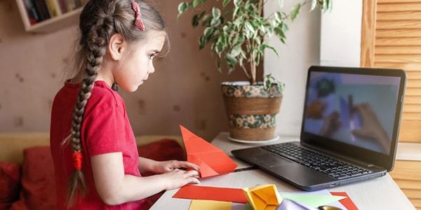Niña en edad preescolar realizando tareas manuales