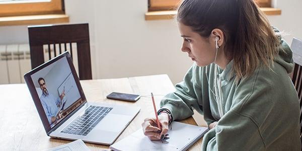 Adolescente estudiando para la preparación de los exámenes internacionales