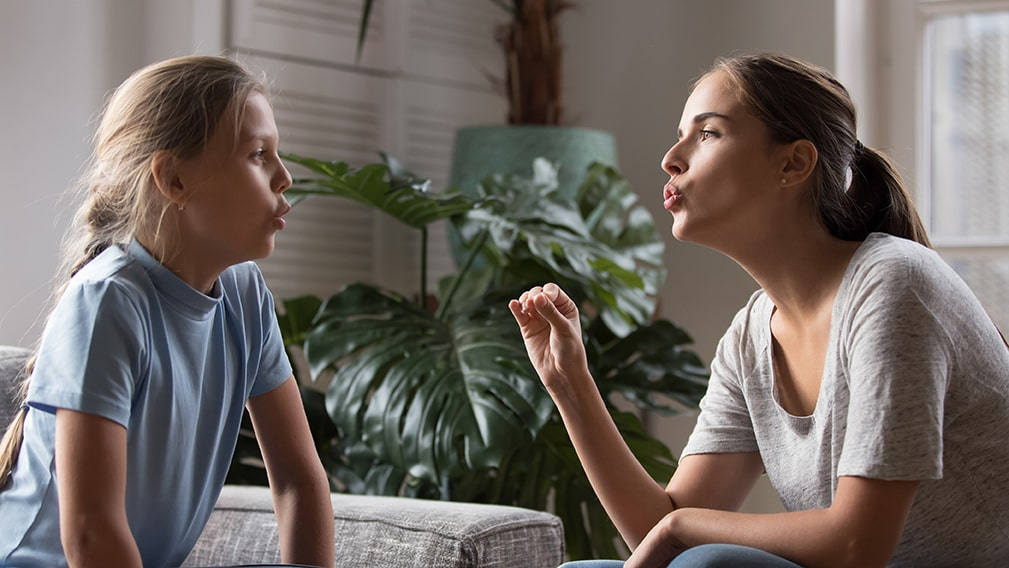 Psicóloga trabajando con una niña